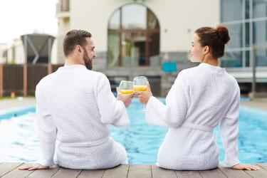 Casal na piscina